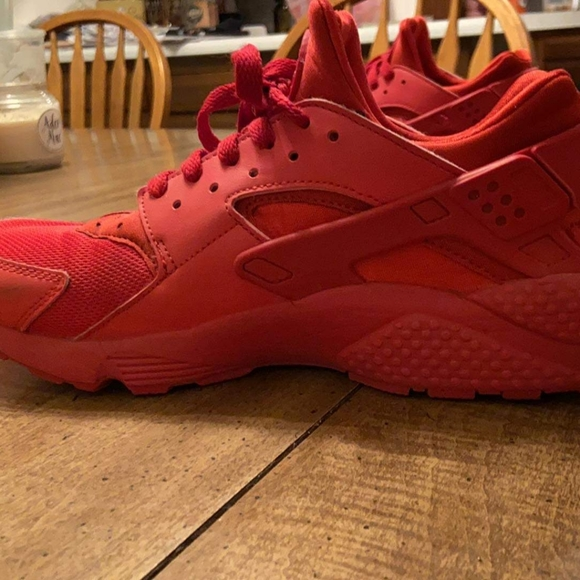 Men's 8 and 1/2 red Nike Huarache shoess ago